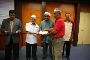 YB Dato Hj Hanifa ahmad menyampaikan cek pampasan pengambilan tanah