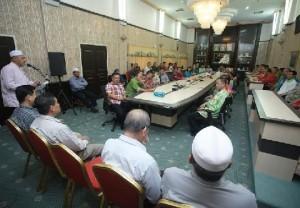 Kota Bharu 11 Mac 2008 - Menteri Besar Kelantan Nik Abdul Aziz Nik Mat mengadap Sultan Kelantan, Sultan Ismail Petra pada majlis perlanyikan dan angkat sumpah di Istana Kelantan semalam. GAMBAR : HAFIZ JOHARI / PEMBERITA: TARMIZI / SLUG - PERLANTIKAN