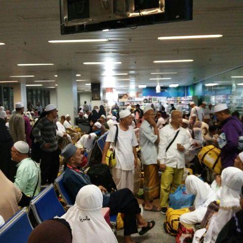 Jemaah haji yang dalam perjalanan pulang ke tanah air terpaksa berjalan jauh sebelum dapat cop pasport