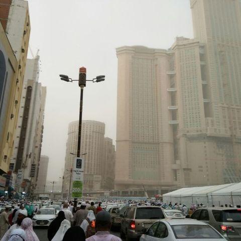 Jemaah haji terpaksa meredah titisan hujan yang membasahi bumi Makkah selepas solat Isyak malam tadi