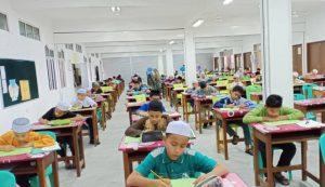Pelajar menduduki ujian bertulis di Maahad Sains Tok Guru