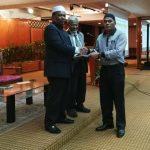 Ustaz Wan Roslan Wan Hamat menyampaikan sijil kepada peserta pelaksanaan MPKK