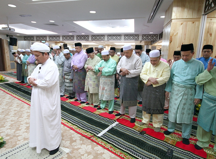 Ustaz Abdul Halim Derani mengimamkan solat hajat di bangunan baharu SUK.