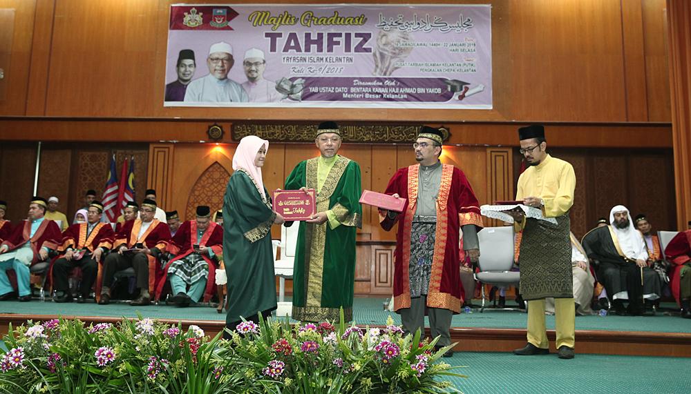Seorang pelajar menerima sijil daripada Menteri Besar.