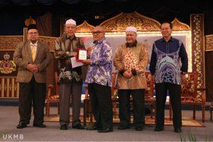 Timbalan SUK menerima penghargaan daripada MB