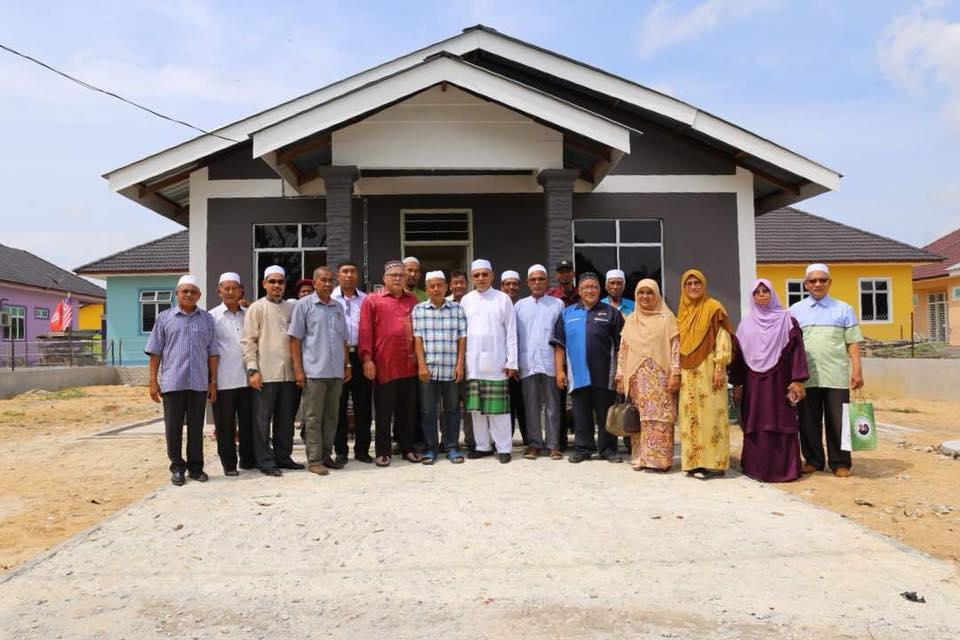 Menteri Besar bersama penduduk di penempatan baharu di Taman Warisan Jaya.