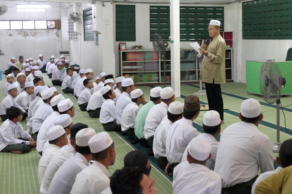 Ustaz Nik Hamdi menyampaikan taklimat kepada pelajar Mada