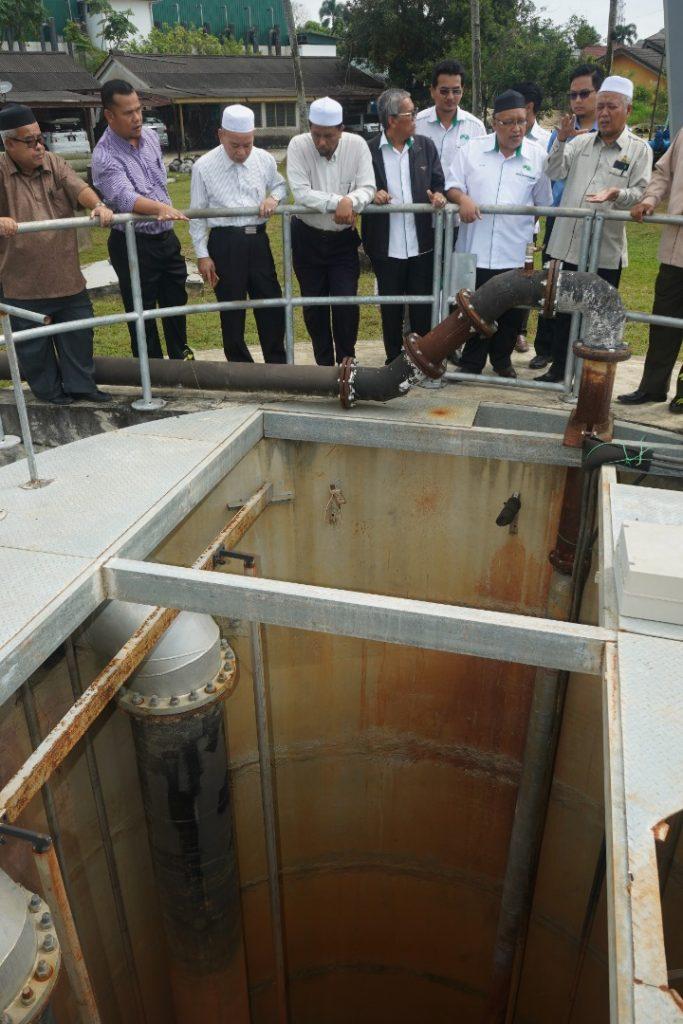 Mohd Azami Mohd Nor melawat loji rawatan air di Wakaf Bharu.