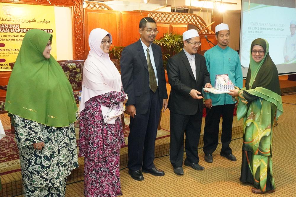 Ustaz Tuan Saripudin menyampaikan hadiah kepada pemenang Dapur Hijau antara Dun