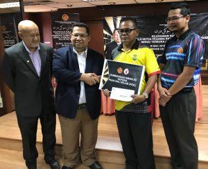 Kelab Sukan dan Kebajikan PKINK menyerah sumbangan sebanyak RM500 kepada Abdul Aziz Yunus.