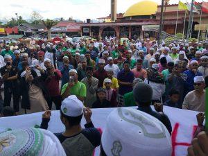 Anak-anak muda memenuhi perkarangan Masjid Bandar Machang