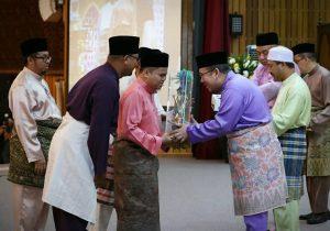 Tengku Mahkota menyampaikan hadiah kepada Qaayim.