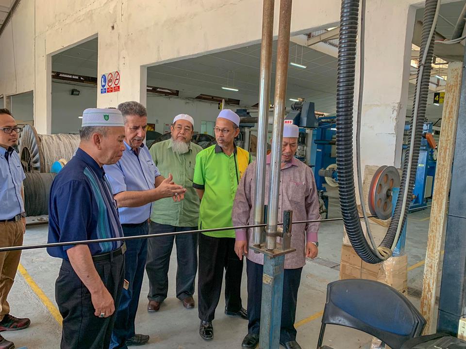 Azami Mohd Nor ketika lawatan ke kilang paip di Selangor.
