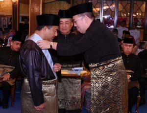 Ustaz Mohd Nassurudin Daud menerima darjah kebesaran disampaikan Tengku Mahkota Kelantan