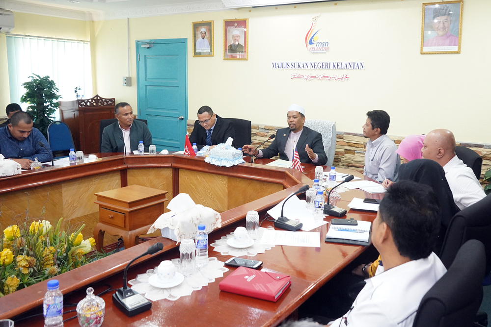 Wan Roslan Wan Hamat pada perjumpaan dengan wakil persatuan sukan.