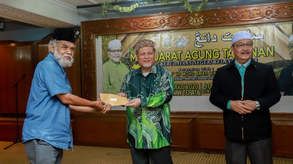 YB Dato' Mohd. Amar menyampaikan sumbangan kepada badan-badan gabungan yang berdaftar dengan MKNK.