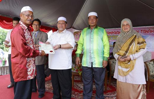 Peneroka Felda terharu terima geran tanah dari kerajaan Kelantan