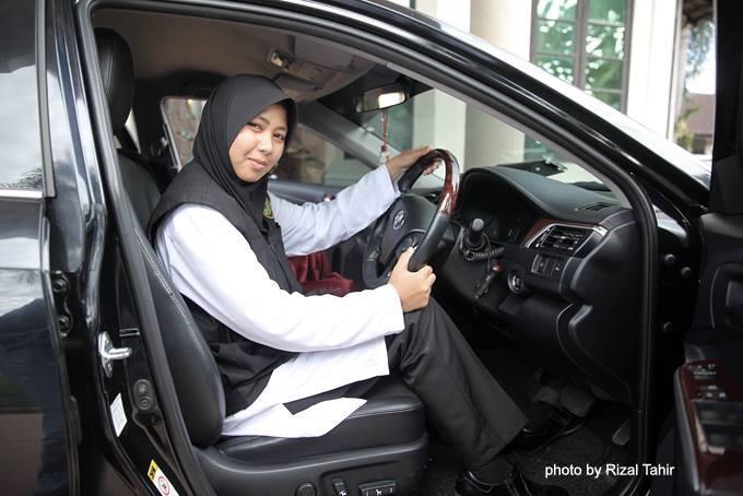 Wanita pemandu rasmi anggota Exco