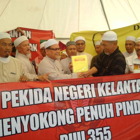 KOTA BHARU: Pekida Kelantan hari ini menyerahkan memorandum kepada kerajaan negeri bagi menzahirkan sokongan penuh terhadap pindaan Rang Undang-undang Akta 355 Mahkamah Syariah