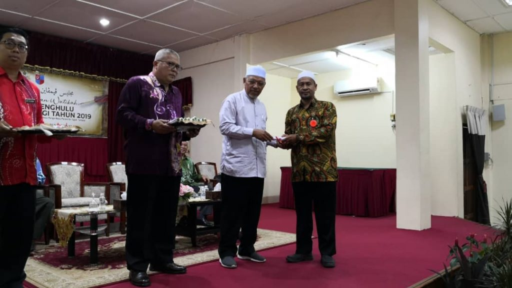 Seorang penghulu menerima watikah daripada Menteri Besar.