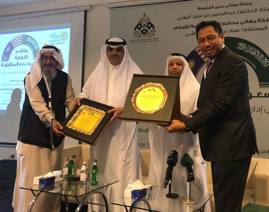 (Dari kanan) Mohammad Sahar Mat Din (Presiden DPIM), Abdulrahman Obaid AI-Youbi (President of King Abdul Aziz University, Jeddah), Minister of Awqaf Saudi Arabia dan Dr Esam Kouthr (Director of Awqaf King Abd Aziz University).